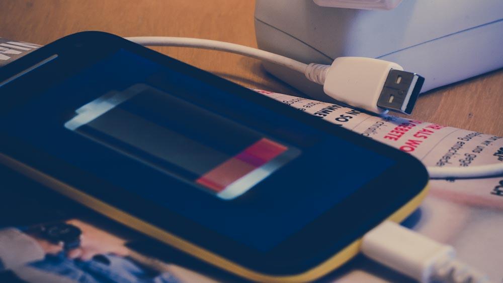 Smartphone mit leerem Akku