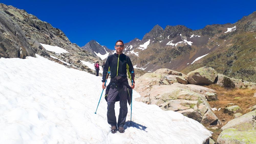 Wanderung im Schnee mit guter Wanderhose