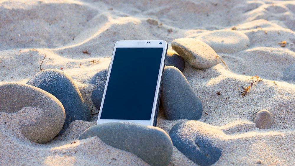 Wasserdichte Handyhuelle, wichtig für Schutz vor Sand am Strand