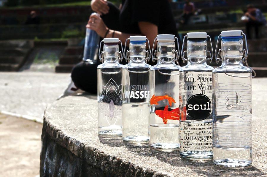 Nachhaltigkeit: Trinkflasche Glas, sauberes Wasser