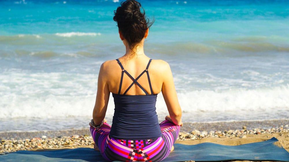 Yogi auf Reise Yogamatte am Strand