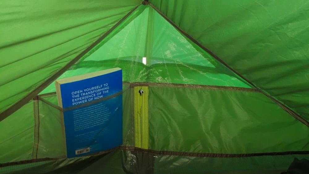 Ein ultraleichtes Zelt mit Taschen: besonders praktisch