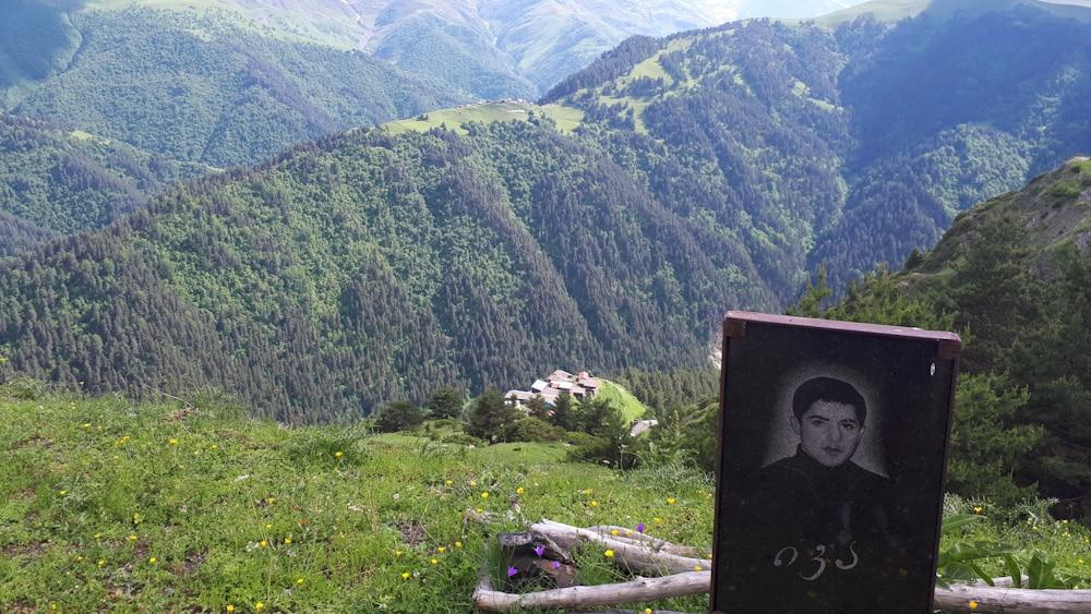 Gedenkstein auf der Fahrt nach Tuschetien