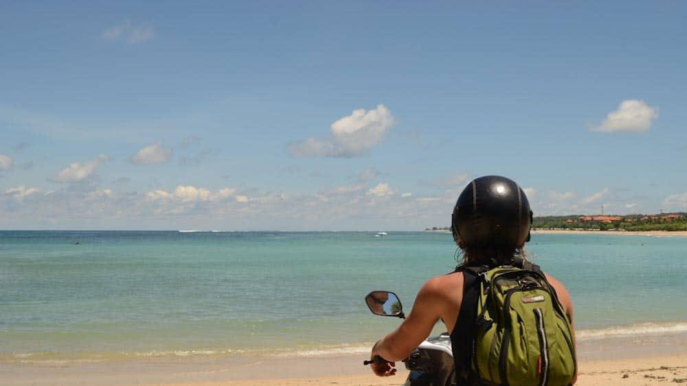 Mit Mietroller an den Strand in Canggu auf Bali