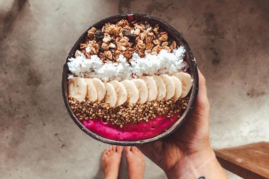 Smoothie Bowl zum Frühstück in Canggu, Bali