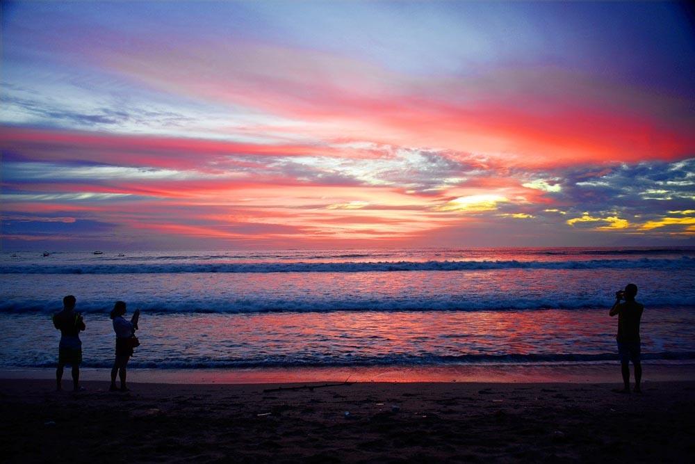 Sonnenuntergang am Strand von Kuta bei Canggu auf Bali