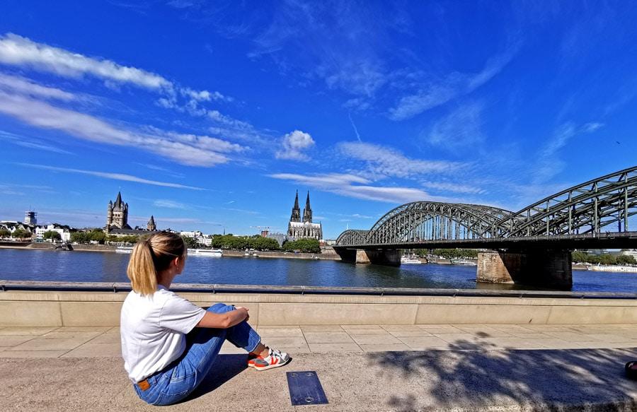 Rheinpromenade Köln, Blick auf Dom und Hohenzollernbrücke