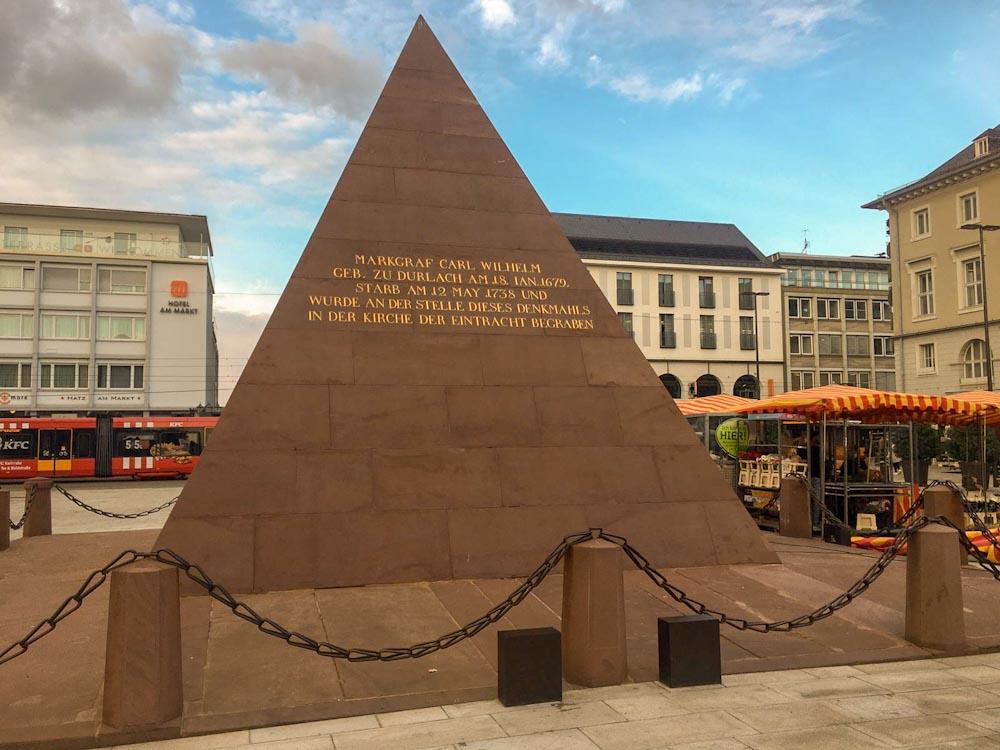 große Pyramide aus Sandstein mit goldener Inschrift