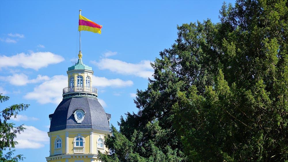 Karlsruher Schlossturm mit wehender badischer Fahne