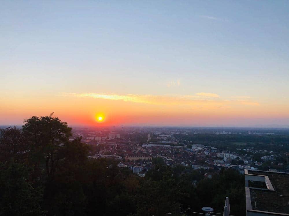 Sonnenuntergang mit Turmberg-Blick