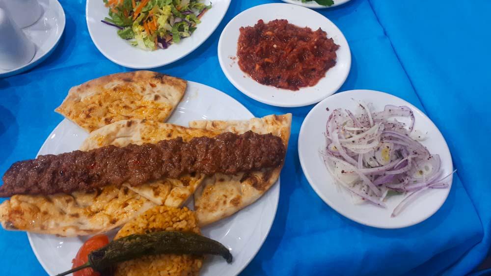 tuerkisches-essen-adana-kebab-hackfleisch